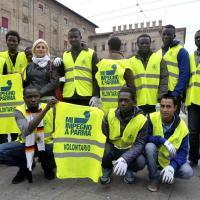 I richiedenti asilo impegnati nella pulizia della città