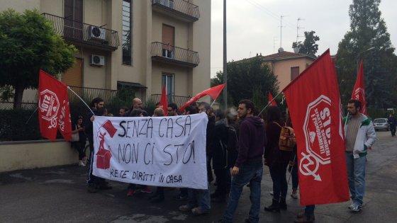 Via Cagliari, sgomberato l'edificio dell'Unicredit occupato da 8 famiglie