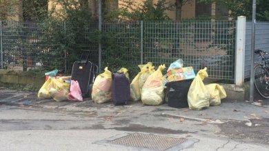 Via Cagliari, 8 famiglie lasciano stabile Unicredit occupato /   Foto     Video: Parma 5mila case vuote