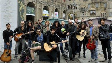 Solidarietà al musicista cacciato?    Evento annullato, solo in 15 in piazza  /   Foto