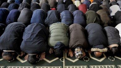 """""""Terrorismo e Islam incompatibili"""" La preghiera in moschea /   Video   -   Foto         Video - Imam: """"Amate l'Italia"""""""