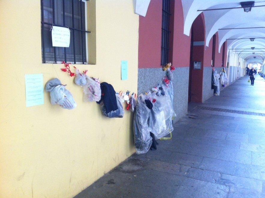 """Il """"muro della gentilezza"""" torna nel centro di Parma"""