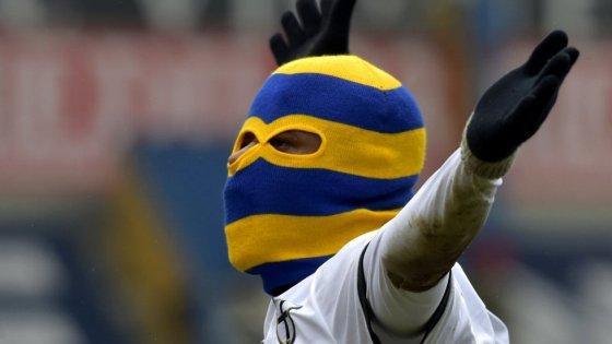 A Parma la 'guerra' del passamontagna: tifosi sfidano stilista