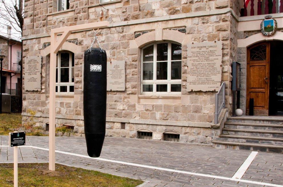 """Sacco da boxe per i cittadini a Berceto, il sindaco: """"Sfogatevi"""""""