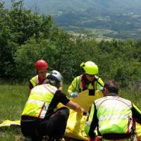 Varsi, motociclista finisce nel bosco: arriva l'elisoccorso