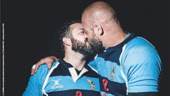 Il bacio tra rugbisti vale un premio all'agenzia di Parma Lampi