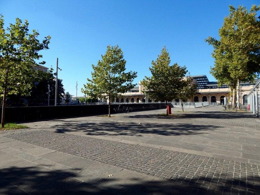Parma, ecco piazzale Dalla Chiesa senza panchine