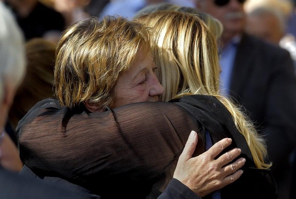 Delitto Pavarani, al funerale di Elisa l'abbraccio di amici e parenti