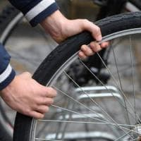 Via Bixio, il tempo di un caffè e la bici non c'è più