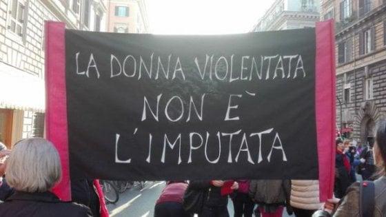 """Processo per lo stupro di via Testi a Parma, la solidarietà degli amici: """"Siamo tutti Claudia"""""""