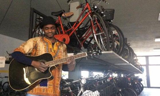 """Guethy Sini, la risposta rap a Bello Figo: """"Non sono un ladro e aggiusto le bici"""""""