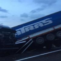 Incidente lungo l'Autocisa: camion in bilico sul dirupo