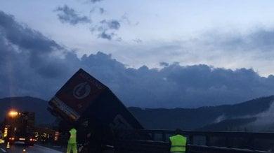 Incidente lungo l'Autocisa:  camion in bilico sul dirupo -   Foto