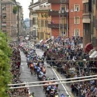 Giro d'Italia 2017, il gruppo attraversa il cuore di Parma - Foto