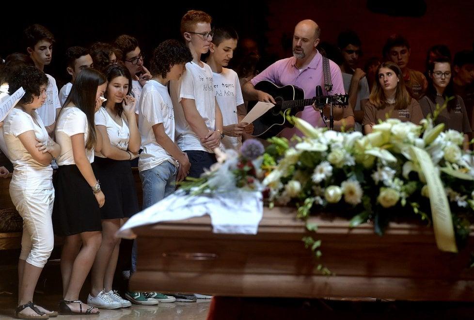 Ciao Giovanni, il funerale dello studente del Romagnosi