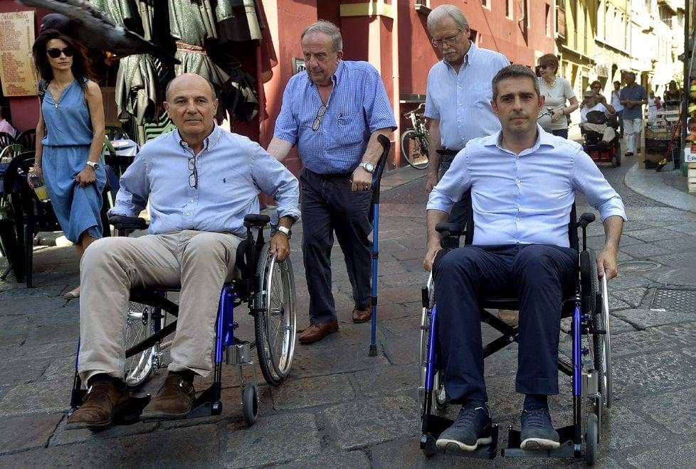 Ballottaggio a Parma, Pizzarotti e Scarpa in carrozzina testano la città dei disabili
