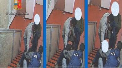 Sequestrato e derubato in stazione un minore tra i banditi -   Foto