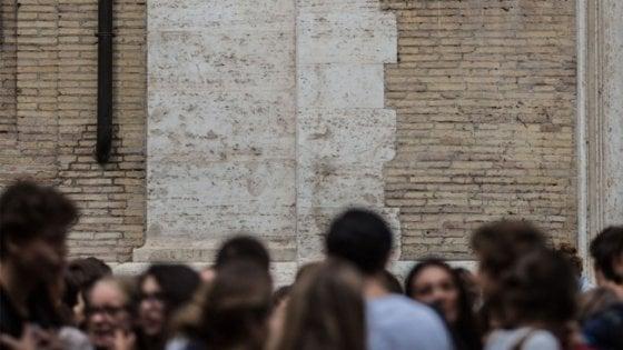 Parma, alternanza scuola-lavoro? Portare i lettini in piscina