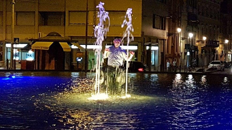 Parma, il bagno di Pizzarotti nella fontana