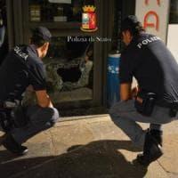 Sfascia la vetrina del bar e ruba del cibo: arrestato un 20enne