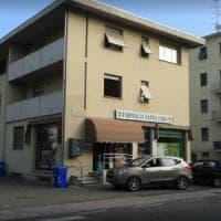 Parma, banditi armati di coltello rapinano farmacia