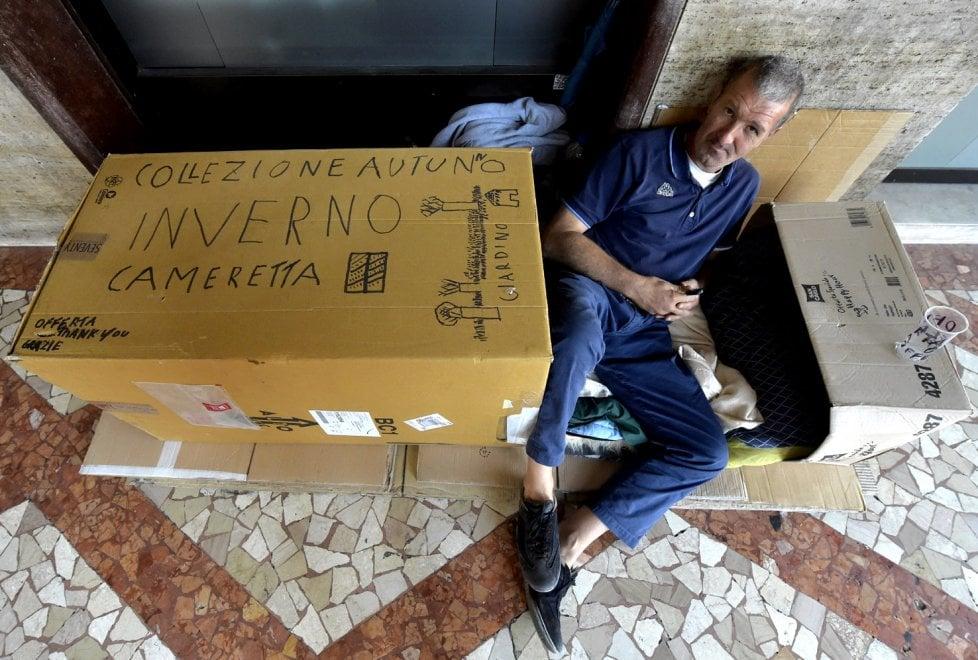 Parma, la lezione del clochard di via Mazzini - Foto