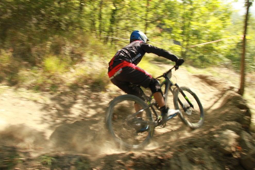 Salti, sgommate e cadute: a Borgotaro passione mountain bike