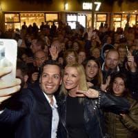 Tutti pazzi per Brooke Logan: selfie e autografi a Parma - Foto