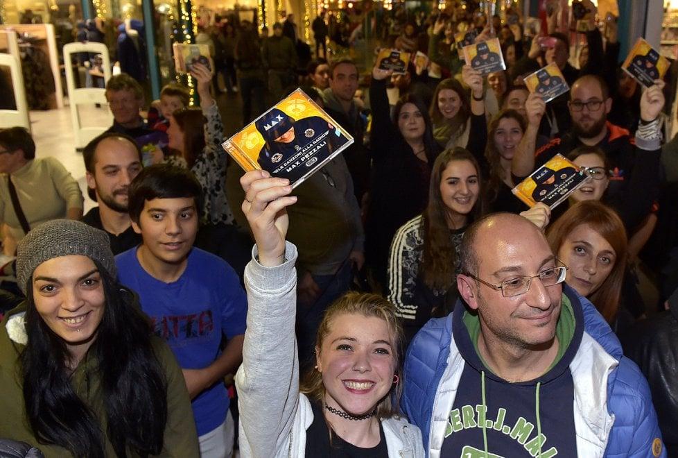 Max Pezzali, che successo: un migliaio a Parma per l'autografo - Foto