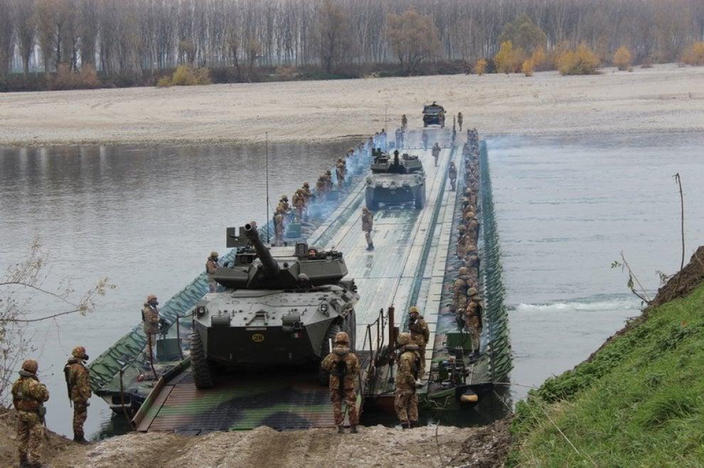Così l'esercito attraversa il fiume Po: le foto