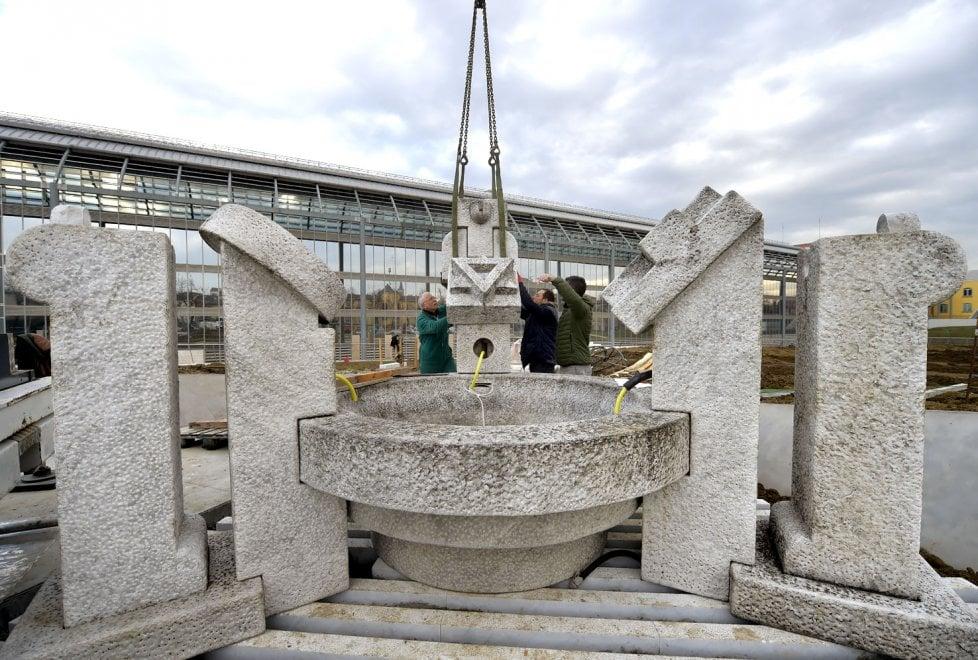 Parma, la nuova sistemazione della statua di Cascella - Foto