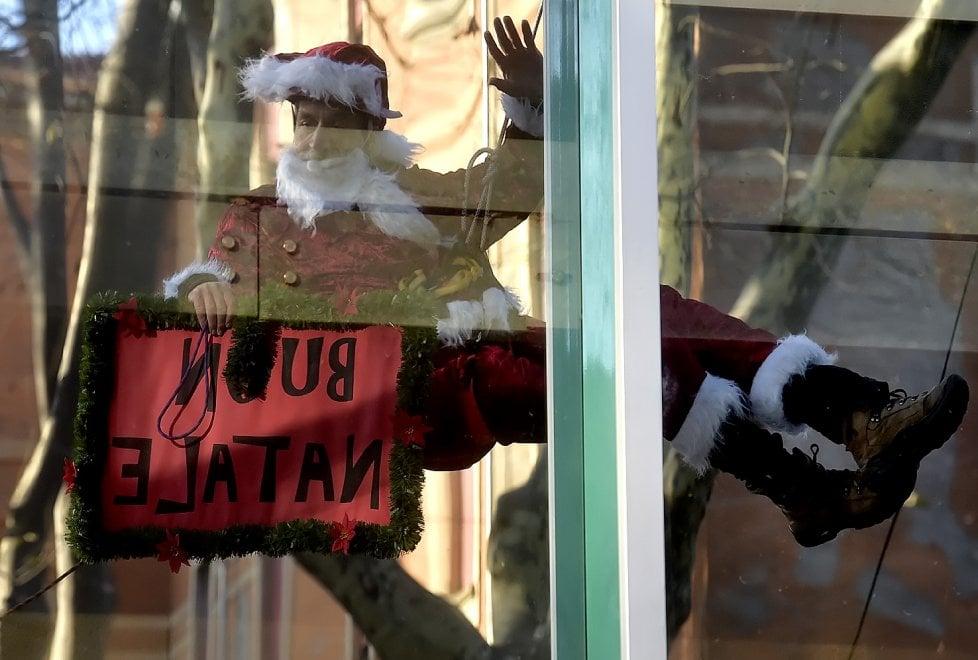 Parma, Babbo Natale acrobata per i bambini della pediatria