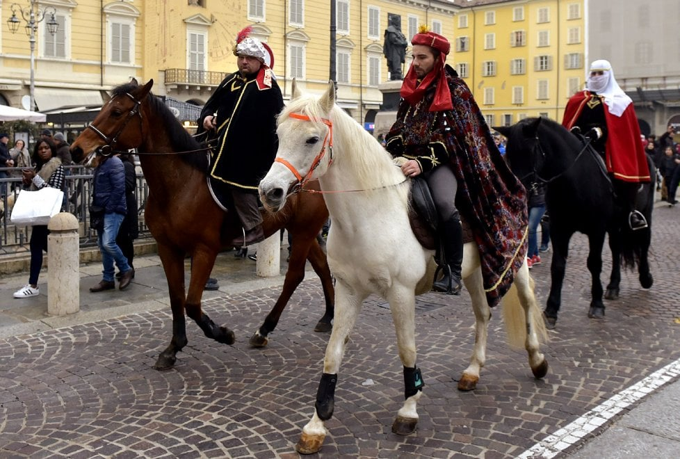 Parma, il corteo dei Magi da piazza Duomo all'Annunziata