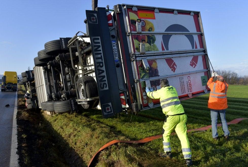 Parma, camion di prosciutti si ribalta: le foto del recupero