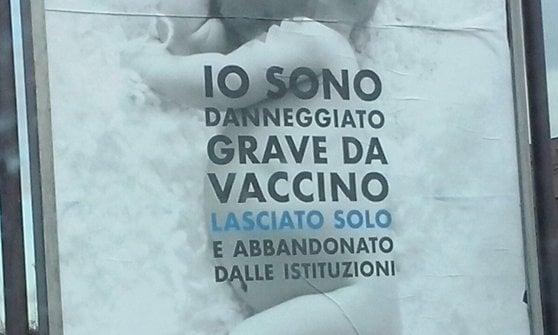 """Parma, cartelli no vax negli spazi comunali: """"Sindaco li faccia rimuovere"""""""