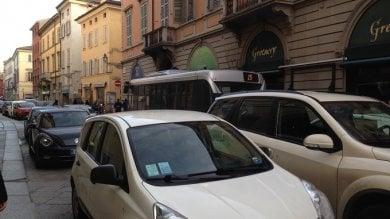 Via Farini ore 8: scatta parcheggio selvaggio