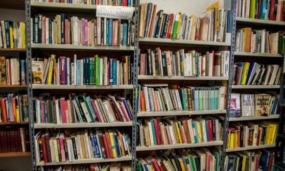La piccola stazione di Ghiare che dà conforto con i libri
