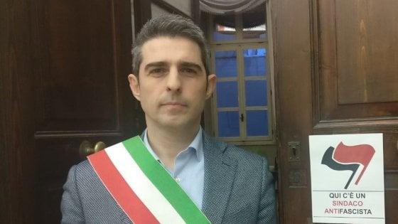 """Pizzarotti """"marchia"""" il Comune: """"Qui c'è sindaco antifascista"""""""
