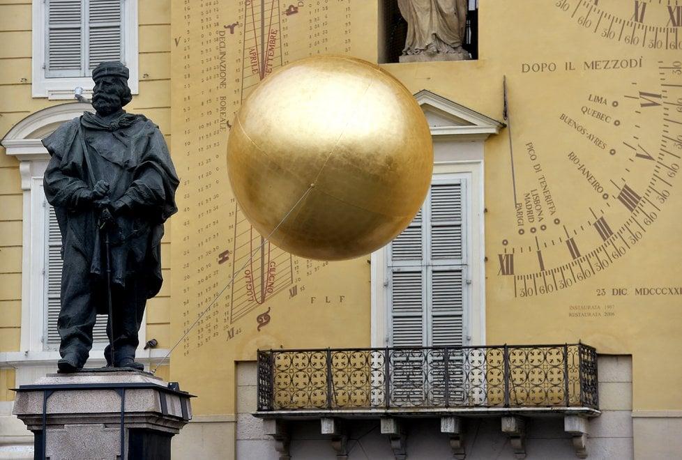 Parma, una sfera di 150 kg incombe sulla statua di Garibaldi