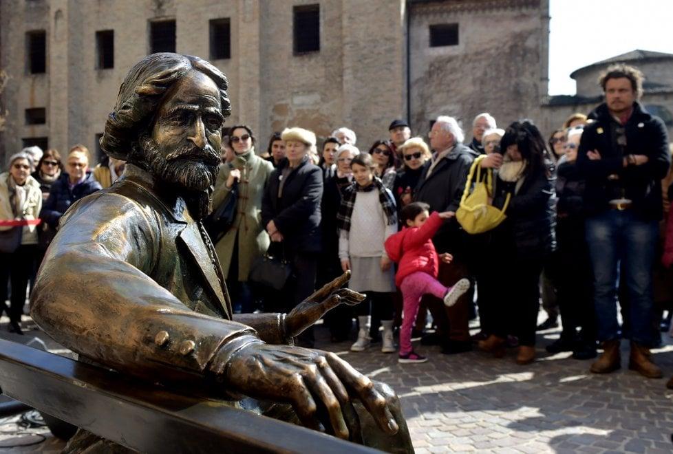 Verdi sulla panchina: la nuova statua a Parma - Foto