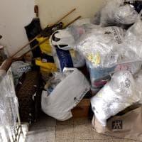 Parma, palazzo come una discarica: famiglia circondata - Foto