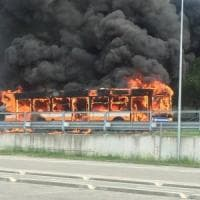 Parma, bus distrutto dalle fiamme: passeggeri illesi