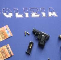 Pistola carica in casa: arrestato per detenzione illegale un infermiere