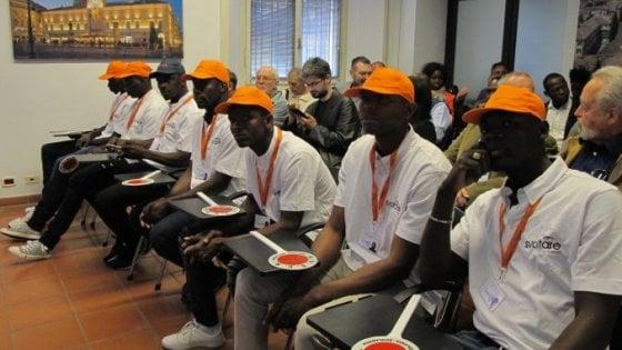 Parma, migranti con i nonni vigili. Destra insorge: bambini a rischio