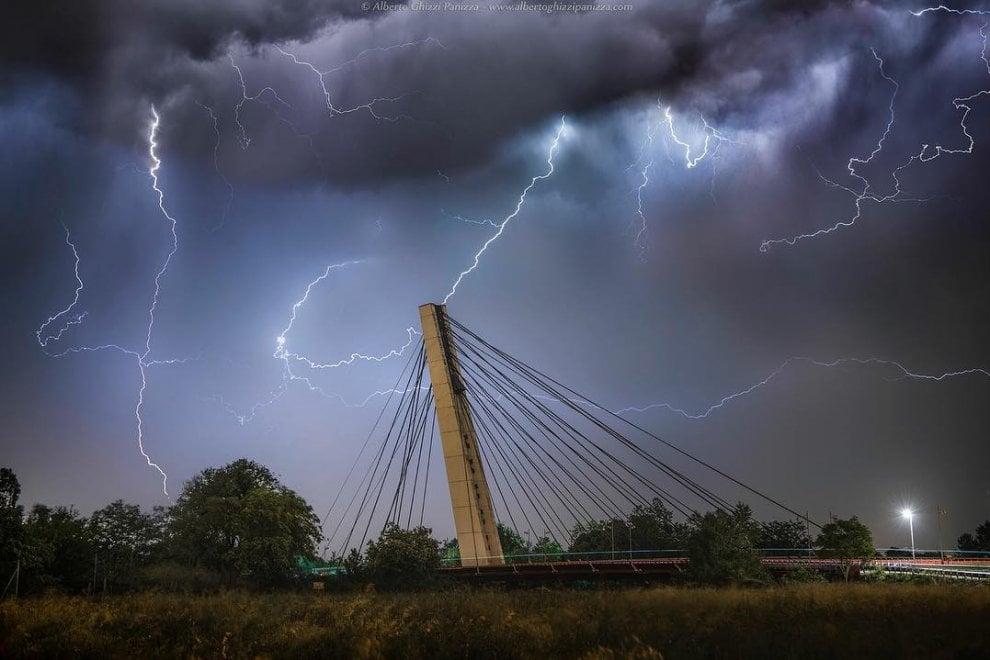 Parma, la potenza dei fulmini sul ponte - Foto
