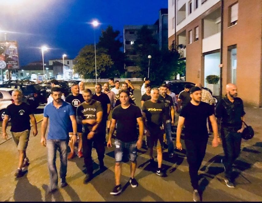 """Ronde Casa Pound: """"Difendiamo Parma"""". Officina popolare: """"Siete loschi individui"""""""