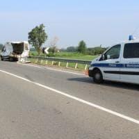 Collecchio, violento scontro in tangenziale: furgone sventrato