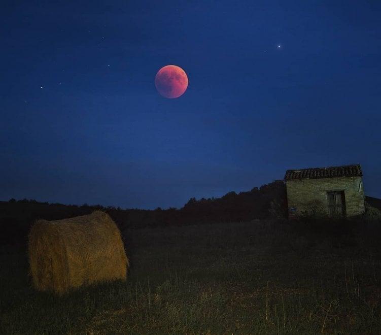 Parma, eclissi di luna: le foto sui social