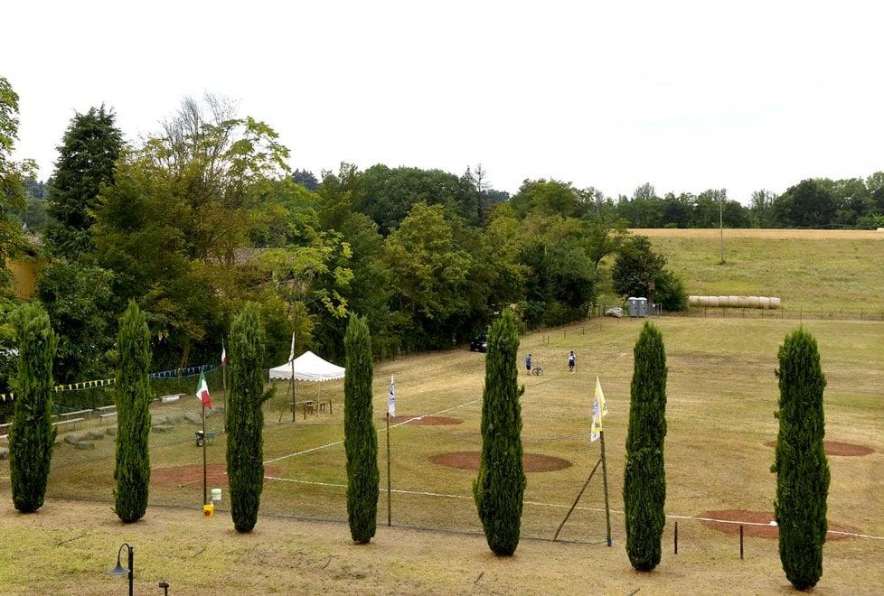 """Parma, """"L'uomo dei sogni"""" costruisce campo da baseball davanti a casa - Foto"""