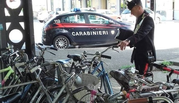 Parma, va in caserma per un notifica esce con la bici del figlio del carabiniere